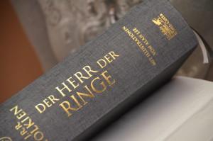 Nahaufnahme der Goldprägung auf dem Buchrücken © Brigitte Winter